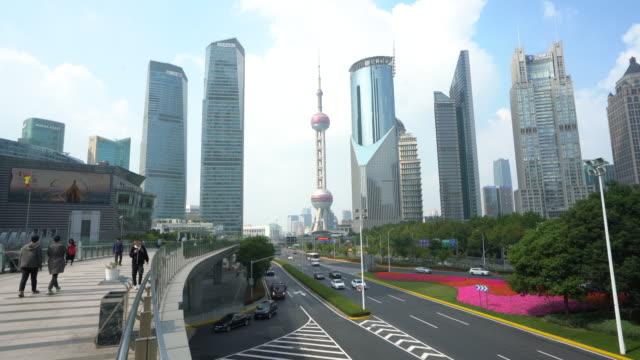 中国・上海にスカイウォークを持つオリエンタルパールタワーと陸家水ビジネス街の超高層ビルを備えた浦東スカイラインの眺め。 - 東方明珠塔点の映像素材/bロール