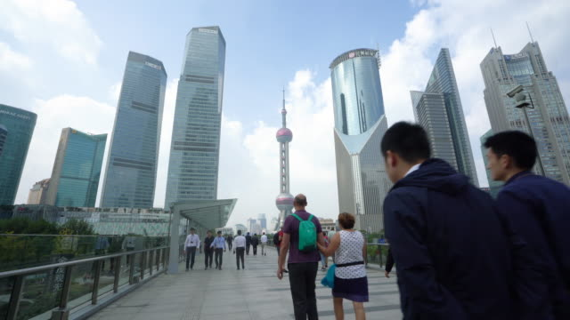 stockvideo's en b-roll-footage met uitzicht op de skyline van pudong met de oriental pearl tower en de lujiazui business district wolkenkrabber met skywalk in shanghai, china. - stadsdeel