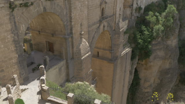 vidéos et rushes de view of puente nuevo and el tajo gorge from mirador de ronda, ronda, andalucia, spain, europe - image du xviiième siècle