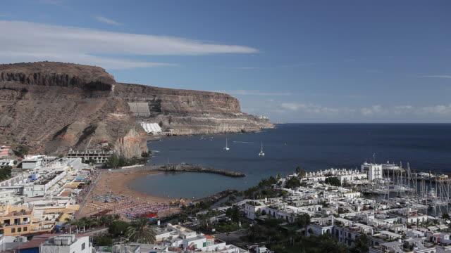 vídeos de stock e filmes b-roll de ws view of puerto de mogan beach / puerto de mogan, gran canaria canary islands, spain - destino de viagem