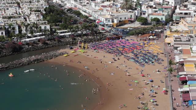 vídeos de stock, filmes e b-roll de ws view of puerto de mogan beach / puerto de mogan, gran canaria canary islands, spain - ilhas do oceano atlântico