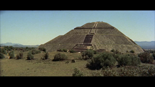 ws view of pyramid of sun / mexico - anno 1957 video stock e b–roll