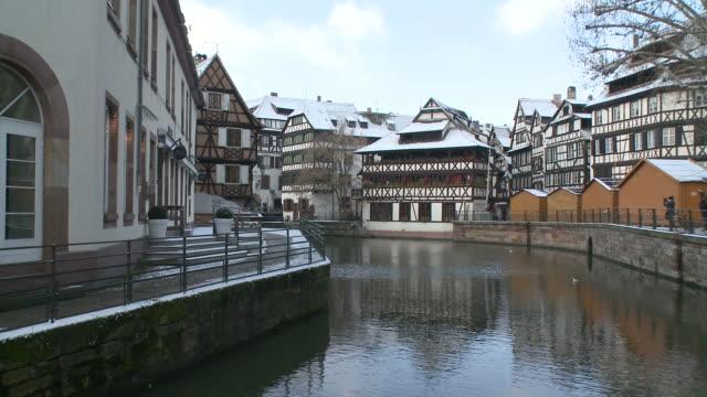 vídeos de stock e filmes b-roll de wspan view of quai des moulins town / strasbourg, alsace, france        - estrasburgo