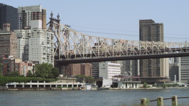 ws pan view of queensborough bridge establishing / new york, united states - kantilever bildbanksvideor och videomaterial från bakom kulisserna