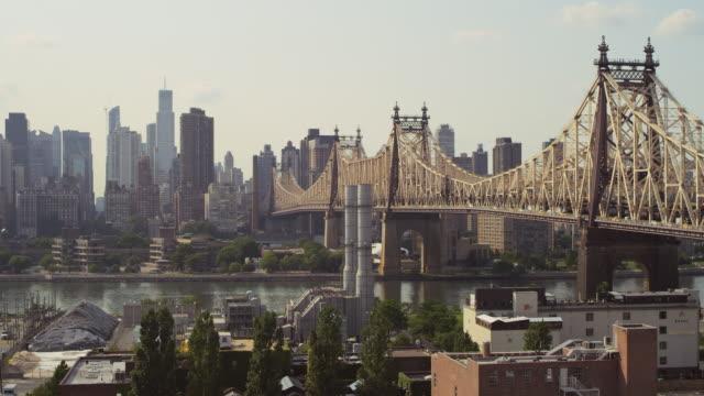ws r/f view of queensborough bridge & manhattan skyline establishing / new york, united states - kantilever bildbanksvideor och videomaterial från bakom kulisserna