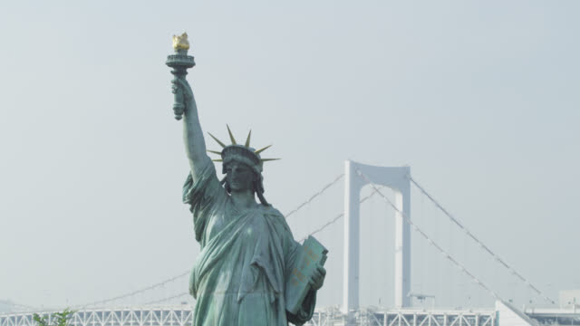 vídeos de stock, filmes e b-roll de ms view of rainbow bridge and replica of liberty in / tokyo, tokyo-to, japan   - réplica da estátua da liberdade réplica