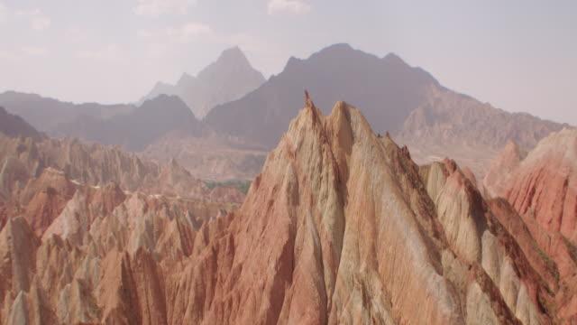 vídeos de stock e filmes b-roll de view of rainbow mountains in zhangye danxia landform, china - objeto pontudo