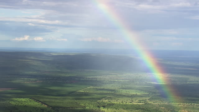 vídeos de stock, filmes e b-roll de ws aerial view of rainbow over field and mountain/ brasilia, brazil - arco íris