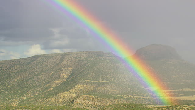 vídeos de stock, filmes e b-roll de ws aerial view of rainbow over mogollan plateau / arizona, united states - arco íris