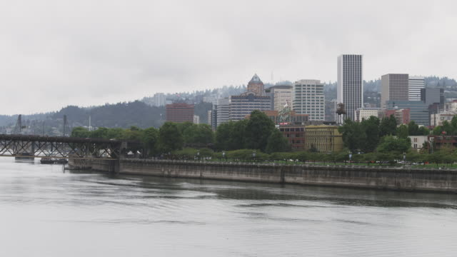 ws view of rainy portland sits on edges of willamette river / portland, oregon, united states  - fiume willamette video stock e b–roll