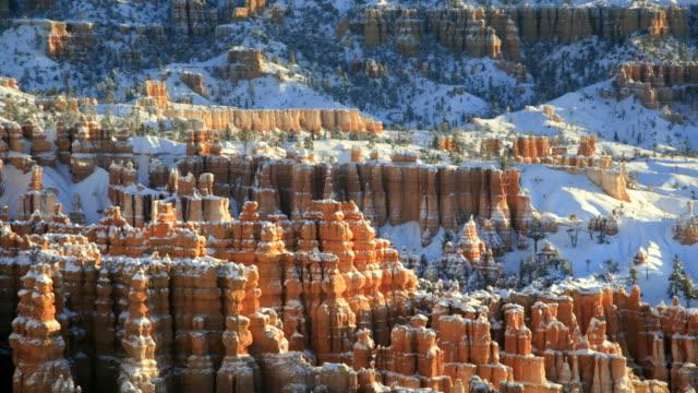 stockvideo's en b-roll-footage met ws pan view of red rock spires after winter storm / bryce canyon np, utah, united states - kerktoren