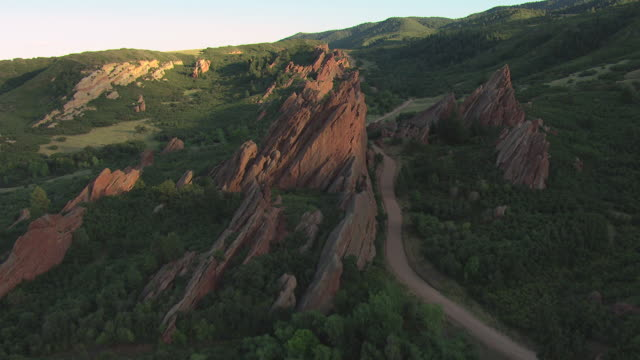 vídeos y material grabado en eventos de stock de ws ds zi aerial view of red sandstone formations jutting into air with shrubs growing in roxborough state park in douglas county / colorado, united states - parque estatal
