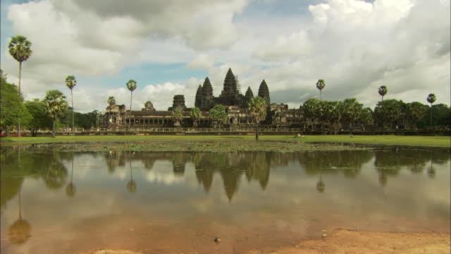 ws zi view of reflection of angkor watt / angkor wat, angkor, cambodia - ancient stock videos & royalty-free footage