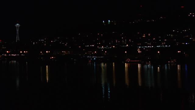 vídeos y material grabado en eventos de stock de ws view of reflection of seattle skyline in water / seattle, washington, usa - estrecho de puget