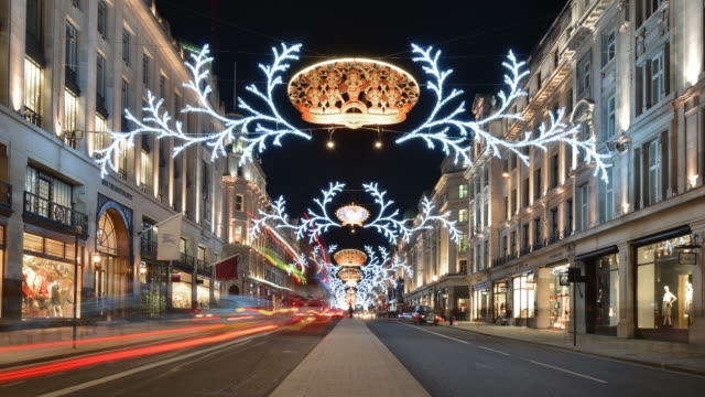 stockvideo's en b-roll-footage met ws t/l view of regents street night with christmas lights central reservation with traffic and pedestrians / london, greater london, united kingdom - kerstverlichting