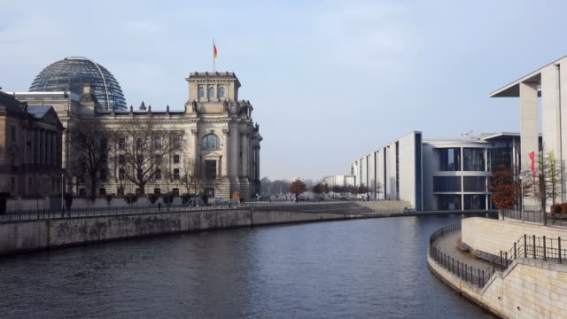 ws view of reichstag building and spree river / berlin, germany - parliament building点の映像素材/bロール