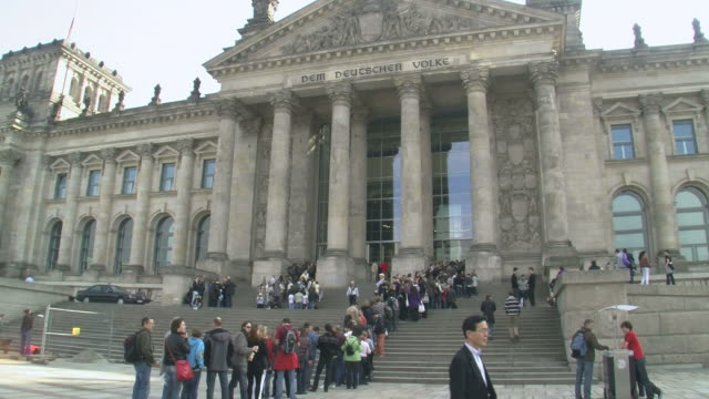 vidéos et rushes de  ms view of reichstag german parliament building / berlin, germany - fronton