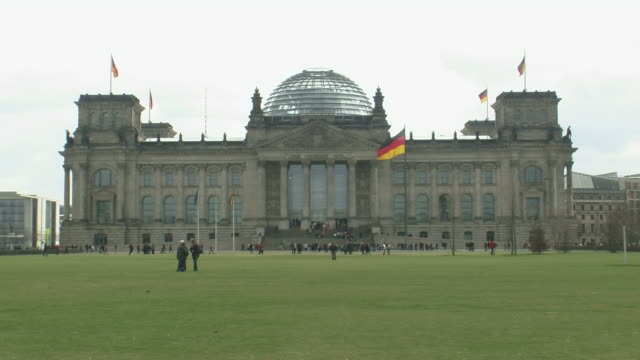 vidéos et rushes de ws view of reichstag german parliament building  / berlin, germany - style néoclassique