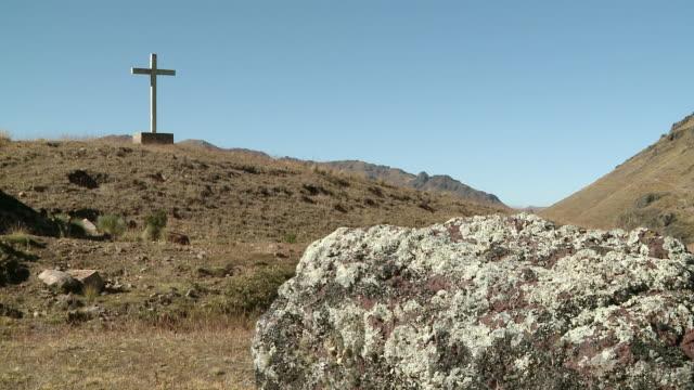 WS View of Remote wooden cross on hill in Willkanuta mountain range / Cusco, Peru