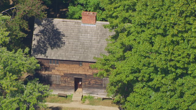 vídeos de stock, filmes e b-roll de ms aerial pov zo view of replica 1630 cottage governor's house in salem pioneer village / salem, massachusetts, united states - 17th century style