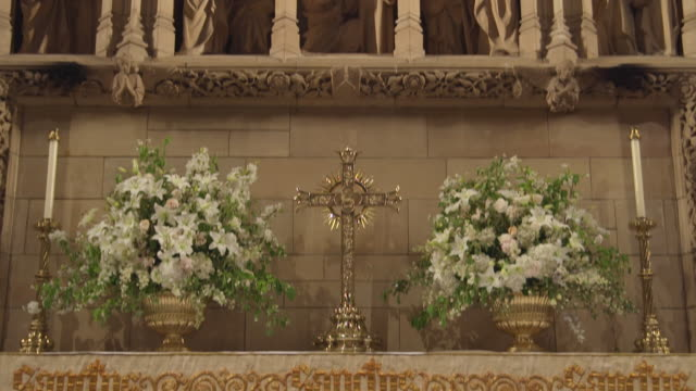 MS TD View of reredos at Saint Thomas Church and cross on altar / New York, United States