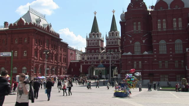 ws td view of resurrection gate at red square / moscow, russia   - cancello video stock e b–roll