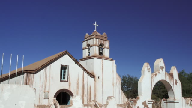 stockvideo's en b-roll-footage met ms td view of reveal church in san pedro / angostura, chile - wiese
