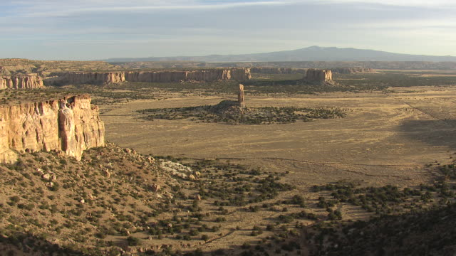 vídeos de stock e filmes b-roll de ws aerial td view of reveal stone pinnacle in cibola county / new mexico, united states - arenito