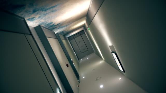 blick auf den drehkorridor - eingang stock-videos und b-roll-filmmaterial