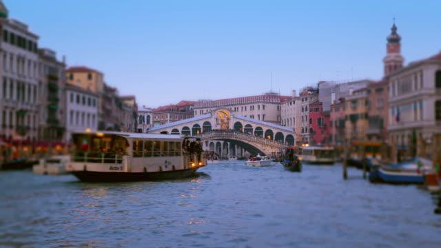 vídeos y material grabado en eventos de stock de ws t/l view of rialto bridge with gondolas and boat traffic on canal grande from dusk to night / venice veneto italy - puente de rialto