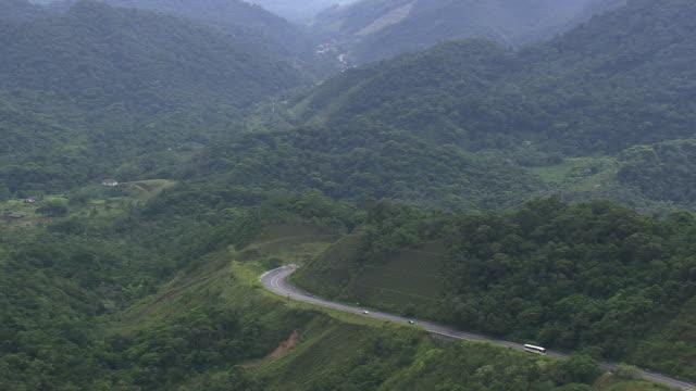 vídeos de stock, filmes e b-roll de ms aerial view of rio to santos highway with mountain range / sao paulo, brazil - cordilheira