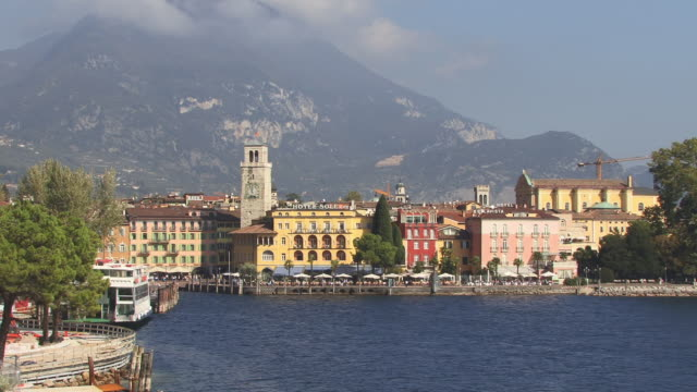 ws, ha, view of riva del garda lake shore, lake garda, sirmione, trento, italy - sonnenschirm stock-videos und b-roll-filmmaterial
