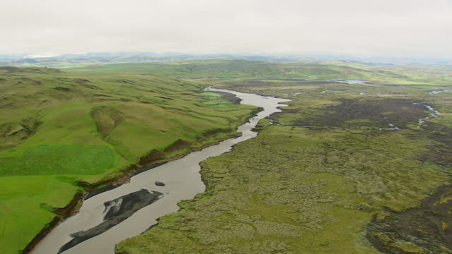 vídeos de stock, filmes e b-roll de ws aerial view of river at landmannalaugur / iceland - islândia central