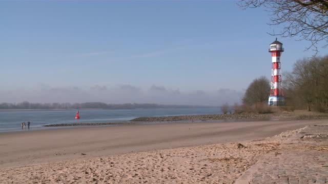 vídeos de stock, filmes e b-roll de ws view of river elbe near blankenese / hamburg, germany  - rio elbe