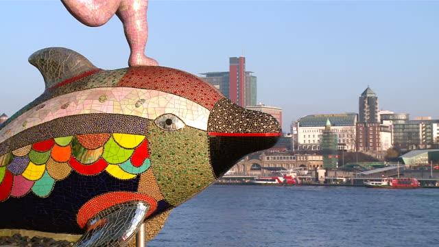 ms zo view of river elbe with city / hamburg, germany  - rappresentazione di animale video stock e b–roll