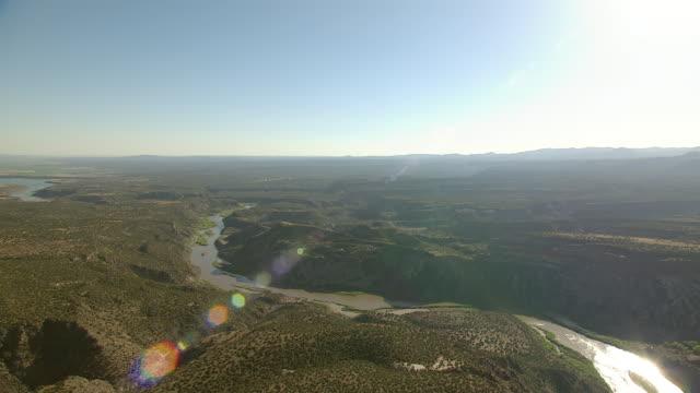 vídeos y material grabado en eventos de stock de ws aerial view of river through flat landscape in sandoval county / new mexico, united states - paisaje árido