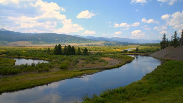 stockvideo's en b-roll-footage met ws t/l view of river through landscape / montana, usa - montana westelijke verenigde staten
