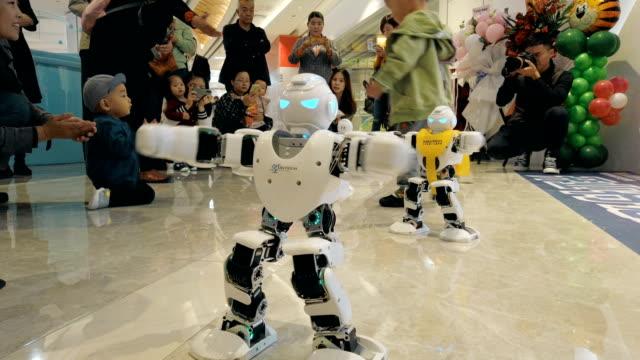 vídeos de stock e filmes b-roll de view of robot show in mall,xi'an,china. - filme de ação