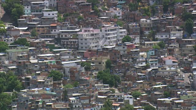 vídeos de stock e filmes b-roll de ws aerial view of rochina favela city with mountain range / rio de janeiro, brazil - américa latina