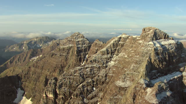 stockvideo's en b-roll-footage met ws aerial view of rocky mountain, maroon bells two peaks without snow in white river national forest near aspen / colorado, united states - rotsformatie
