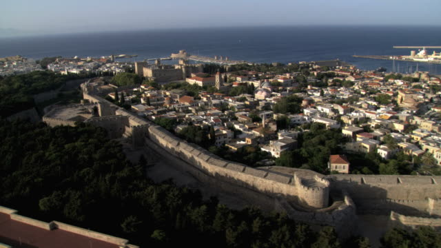 ws aerial view of rohdes old palace / rhodes, rodos, dodecanese islands, greece - insel rhodos inselgruppe dodekanes stock-videos und b-roll-filmmaterial