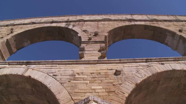 vídeos y material grabado en eventos de stock de ms view of roman aqueduct / vers-pont-du-gard, provence ,france - aqueduct