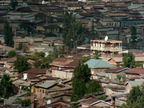 ws view of rooftops of densely packed homes / nyamirambo, kigali, rwanda - キガリ点の映像素材/bロール
