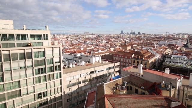 vídeos de stock e filmes b-roll de view of rooftops towards puerta de europa from plaza del callao in bright sunshine, madrid, spain, europe - telhado