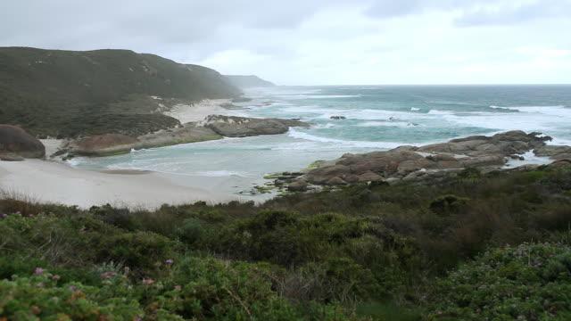 ws view of rough shore and ocean / perth, australia  - 波打ち際点の映像素材/bロール