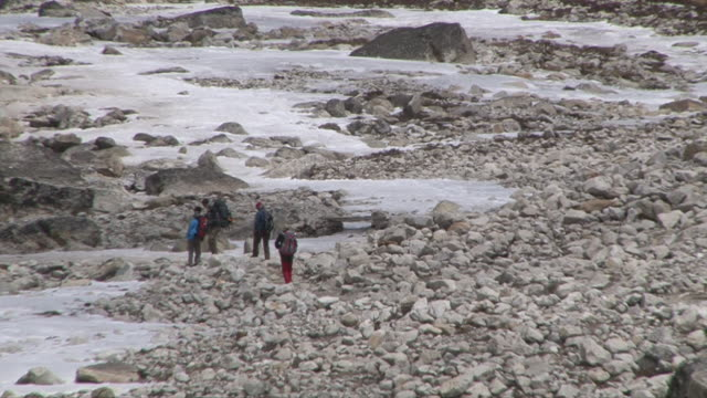ms zo view of route to everest basecamp and people walking in khumbu(glacier) valley / thokla, khumbu region, nepal - alpinismo video stock e b–roll