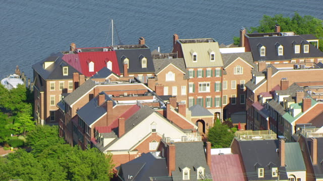 vidéos et rushes de ws aerial pov view of row houses with potomac river in background / alexandria, virginia, united states - alexandria virginie