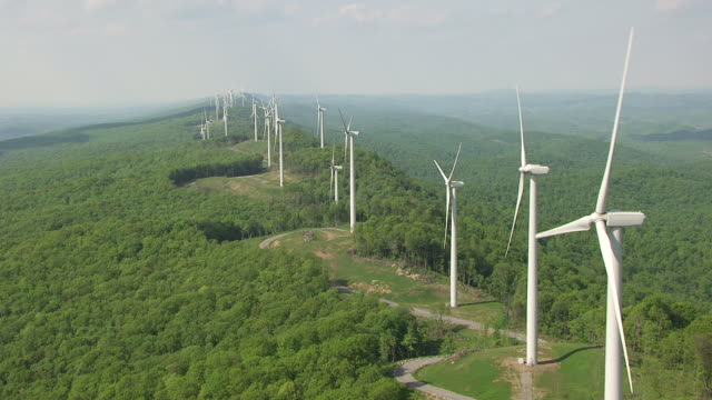 vídeos de stock e filmes b-roll de ws pan aerial view of row of laurel mountain wind farm in randolph county / west virginia, united states - folhagem viçosa