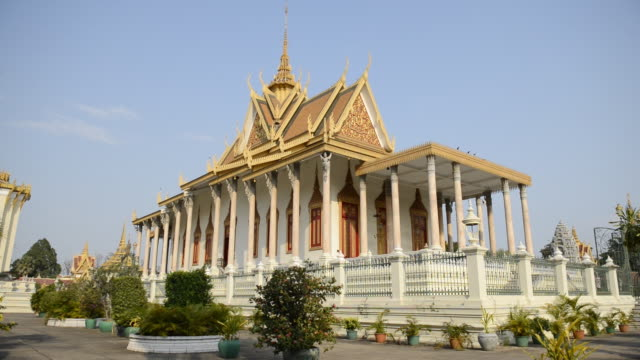 ws view of royal palace / phnom penh, cambodia - 宮殿点の映像素材/bロール