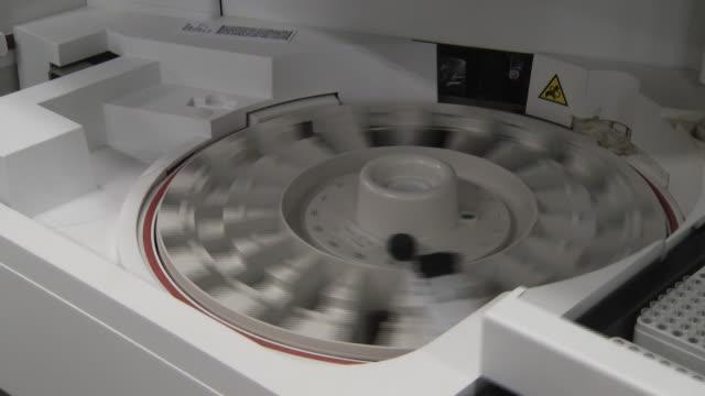 vídeos de stock e filmes b-roll de view of running a dope test in a laboratory - rodar